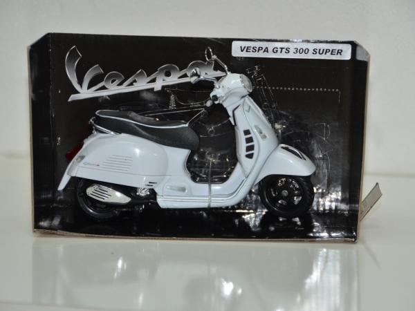 Vespa GTS 300 Super Blanca escala 1:12
