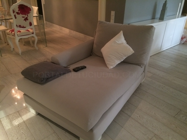 chaise long tapizado en gris