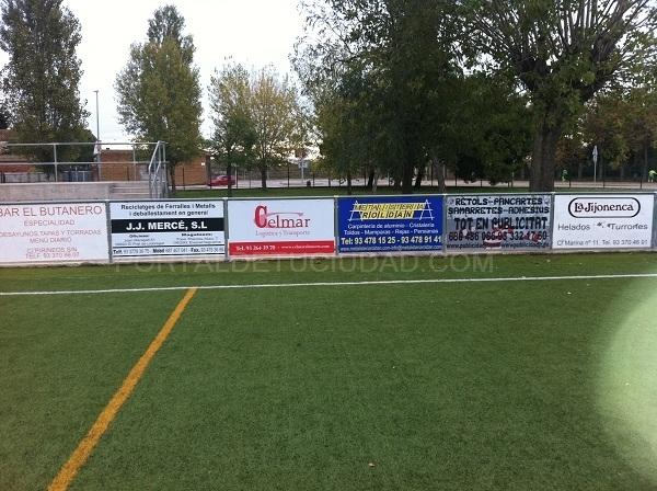 pancartas en vallas de campo de futbol