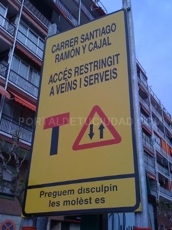 vallas de señalización de obra en calle