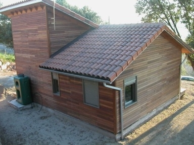 Casa de madera con dos pendientes