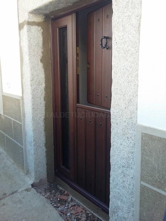 Fabricación de puertas de aluminio imitación a madera en Cáceres